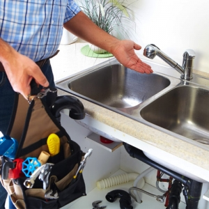 drain repair plumber showing clear and clean kitchen sink